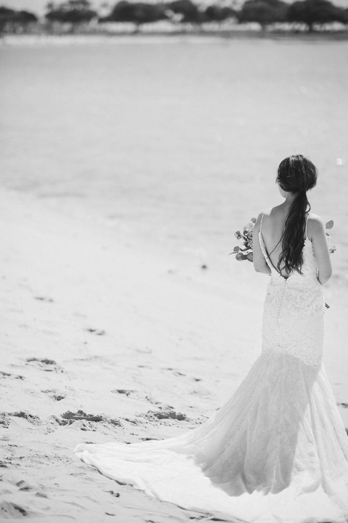 ベターハーフ ハワイウェディング ビーチ撮影 前撮り 青い海 ブーケ 花嫁 後ろ姿 ウェディングドレス