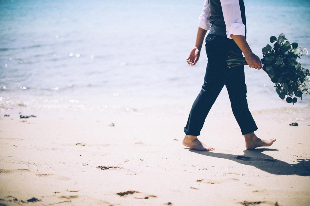 ベターハーフ ハワイウェディング ビーチ撮影 前撮り 青い海 ブーケ 花婿 砂浜