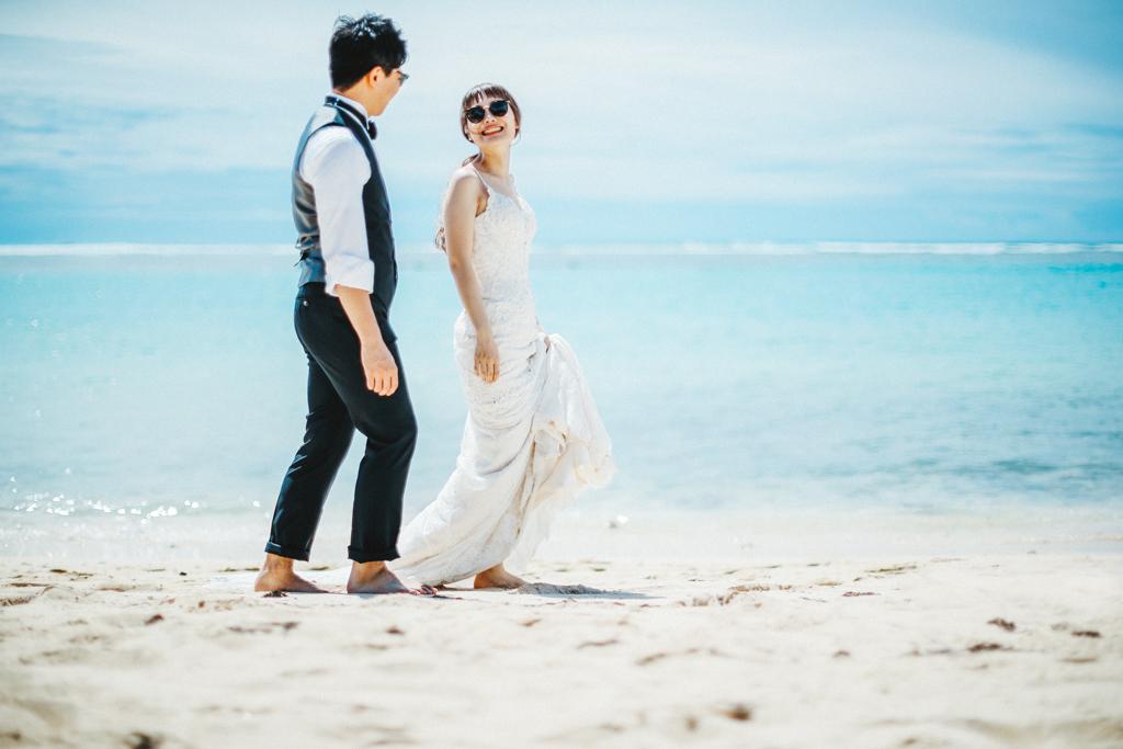 ベターハーフ ハワイウェディング ビーチ撮影 前撮り 青い海 ブーケ 花嫁 花婿 ウェディングドレス 横顔